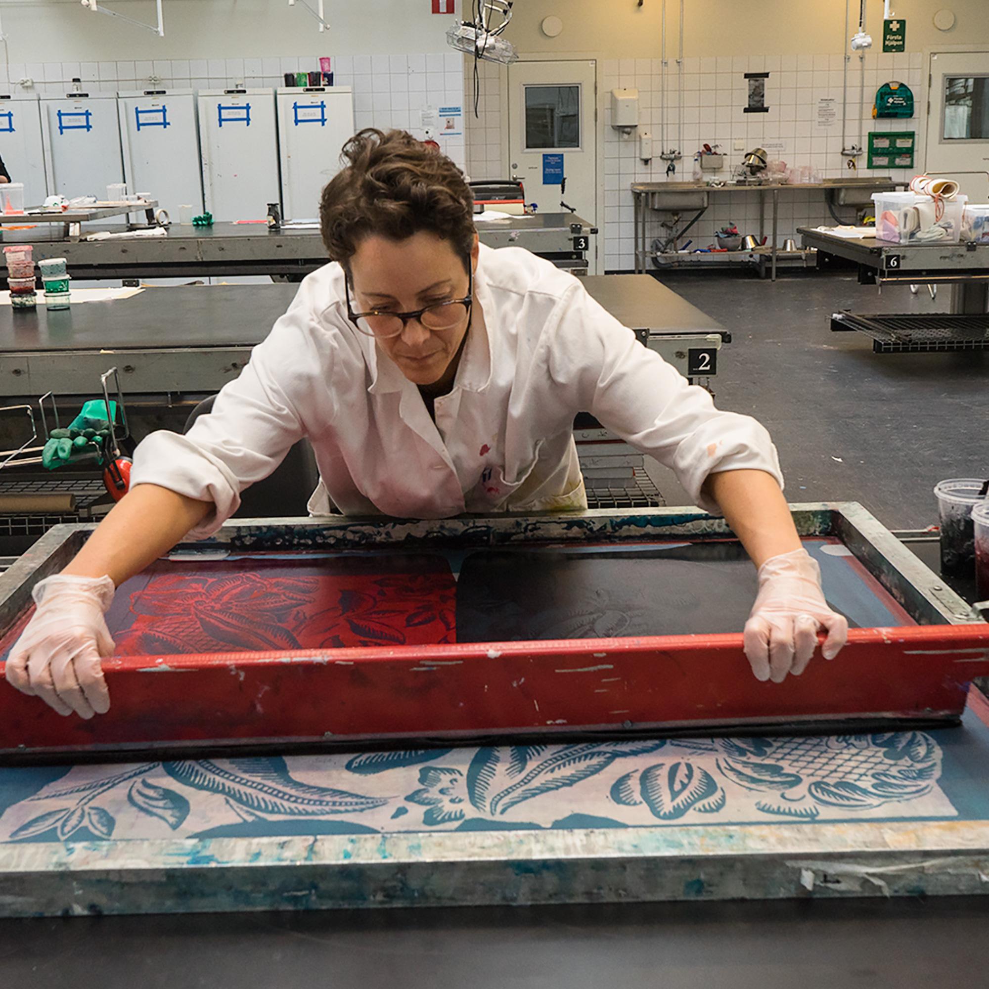 Elsa Chartin arbetar med kattun mönster i en screenram på Konstfack. Foto: Daniela Auerbach