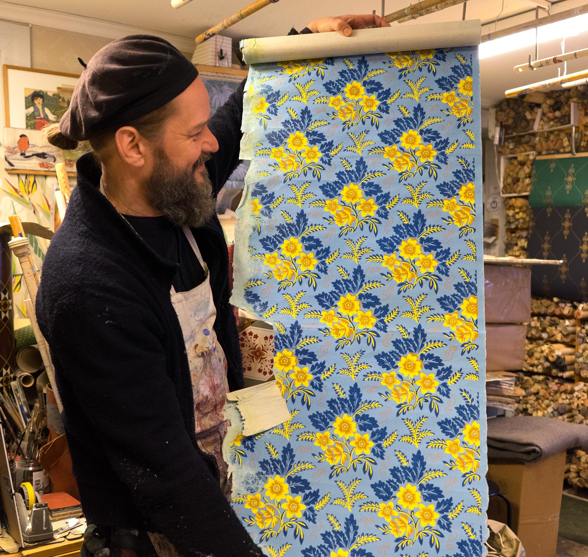 Peter på Handtryckta tapeter håller upp en tapetvåd. Foto: Daniela Auerbach